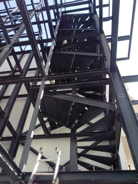 Ανέγερση μεταλλικού κτηρίου στο Βόλο